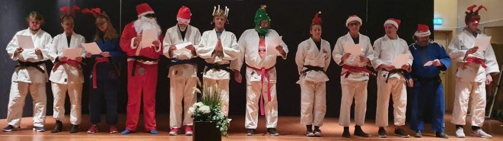 Bild på vårt luciatåg. Tränarna iklädda judooveraller och tomteutstyrsel