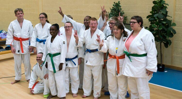 Gruppbild på staffanstorps judoklubbs tränande i Anpassad judo från tävling i Staffanstorp 2019